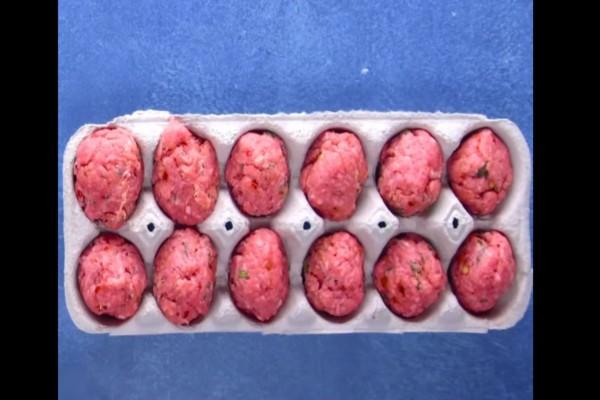 Κόβει τον κιμά σε μπαλάκια και τα βάζει σε μια χάρτινη αυγοθήκη - Η συνέχεια θα σας ξετρελάνει!