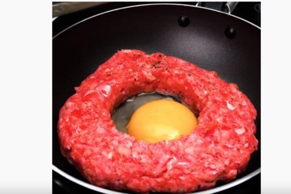Κάνει μια τρύπα στον κιμά και ρίχνει μέσα αυγό - Το αποτέλεσμα είναι εξωπραγματικό!