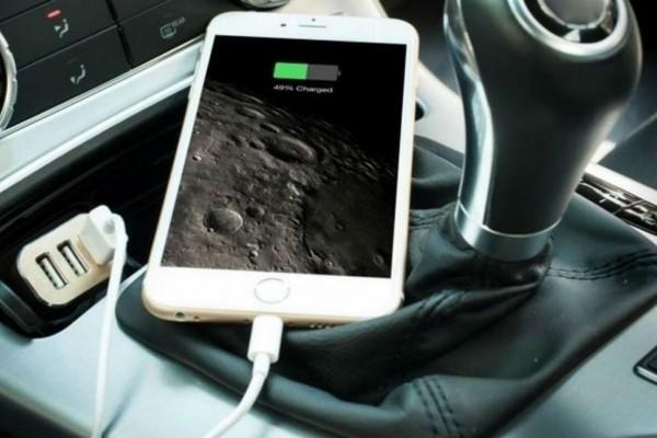 Φορτίζετε στο αυτοκίνητο το κινητό τηλέφωνο; Σταματήστε το αμέσως!