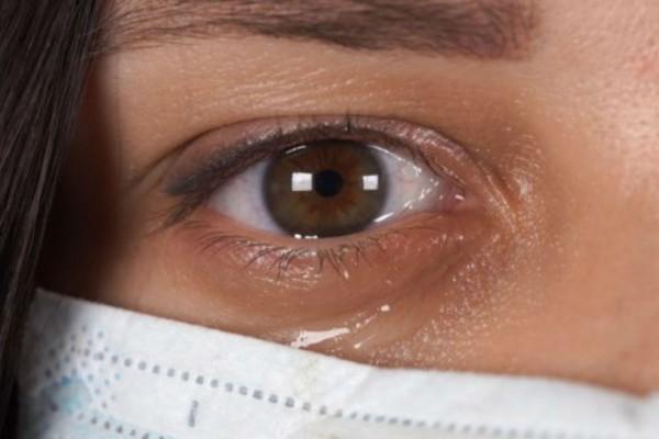 Έρευνα-σοκ: Ο κορωνοϊός μεταδίδεται και με τα δάκρυα - Τι να προσέχουν όσοι φορούν φακούς επαφής