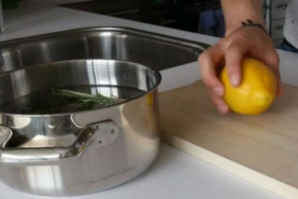 Ρίχνει λεμόνι, δενδρολίβανο και βανίλια στην κατσαρόλα - Κάντε το και δείτε τι θα γίνει (Video)