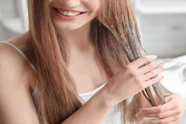 Ανακατεύει σε ένα μπολ τριμμένη πατάτα και τσάι και απλώνει το μείγμα στα μαλλιά της  - Το αποτέλεσμα είναι μοναδικό!