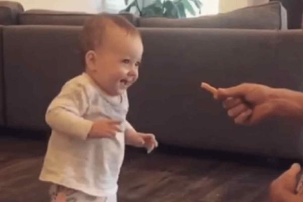 Λιώσαμε: Μωρό κάνει τα πρώτα του βήματα για να φάει μια πατάτα