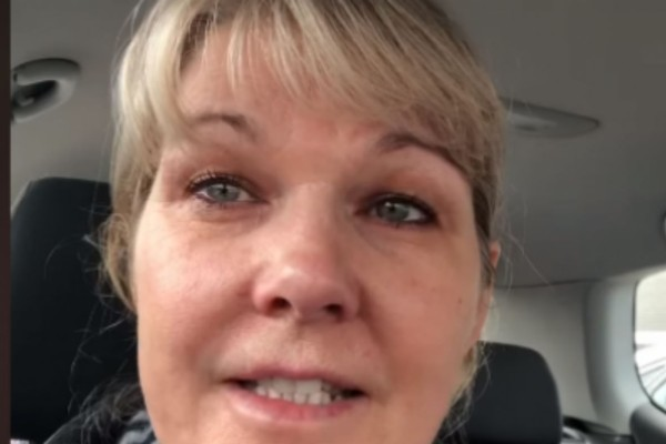 Δραματική έκκληση 51χρονης νοσηλεύτριας μετά από 48ωρη βάρδια: «Μην αδειάζετε τα... αφήστε κάτι και για εμάς...» (Video)