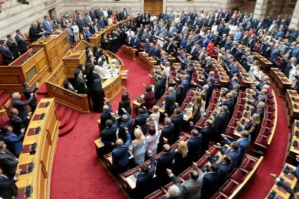 Κορωνοϊός: Δωρίζουν το μισό μισθό τους βουλευτές και ευρωβουλευτές