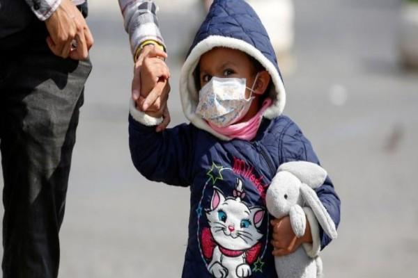 Δεν είναι μόνο οι ηλικιωμένοι: Μωρά και παιδιά μπορεί να αρρωστήσουν σοβαρά από τον κορωνοϊό