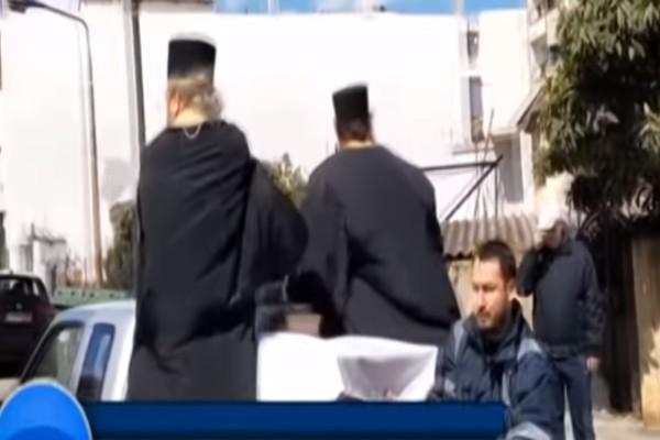 Αίγιο: Παπάδες σκόρπισαν αγιασμό στην πόλη για τον κορωνοϊό