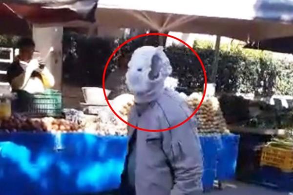 Ελληνική πατέντα - Παππούς πήγε στην λαϊκή αγορά με μάσκα, φτιαγμένη από… μπειμπιλίνο! (Video)