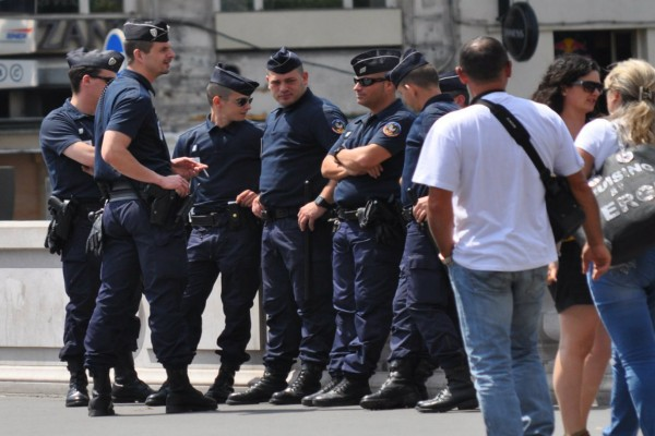 Θρίλερ στη Γαλλία! Ένοπλος άνδρας κρατά ομήρους την έγκυο γυναίκα και τα παιδιά του!