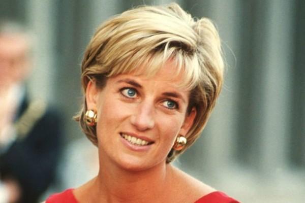 Εικόνα σοκ της πριγκίπισσας Νταϊάνα έξω από το παλάτι του Buckingham - Όταν πέθανε πέταξαν...