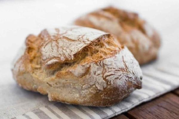 Το εύκολο και αφράτo ψωμί που γίνεται στην καταρόλα