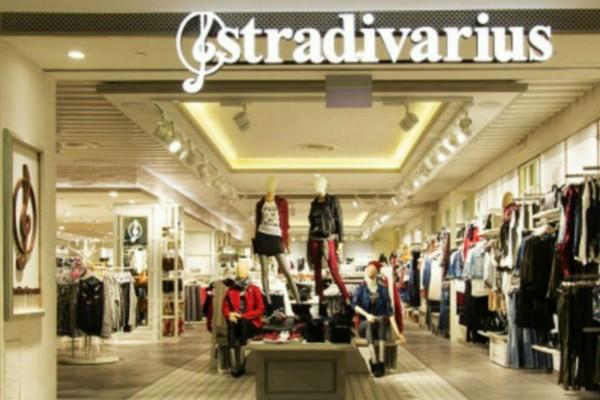 Stradivarius: Το φλοράλ μπλουζάκι που φωνάζει