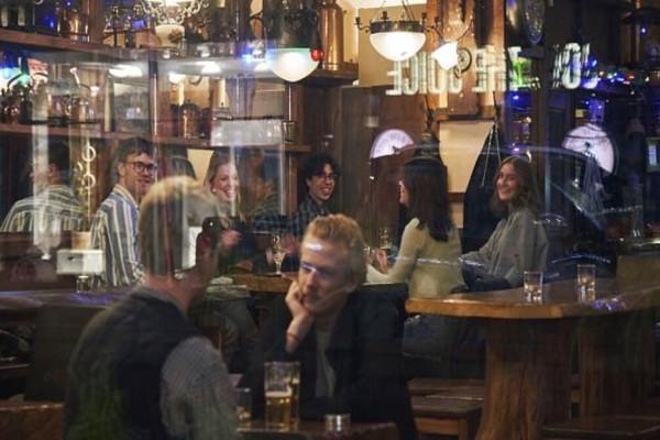 Η Σουηδία… σε άλλο κόσμο: Συνεχίζει χωρίς περιοριστικά μέτρα παρά τους 62 νεκρούς του κορωνοϊού