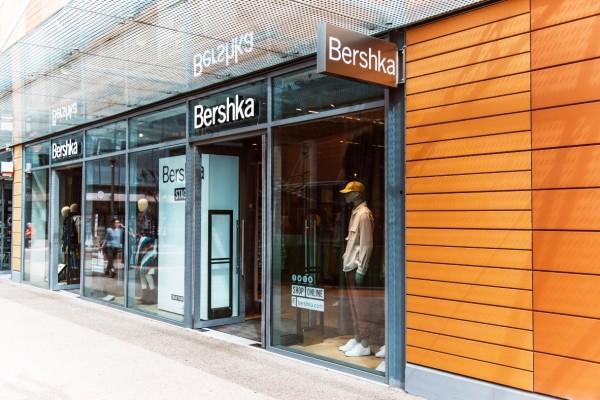Bershka: Το ροδακινί μπλουζάκι που θα ανανεώσει την ανοιξιάτικη συλλογή σου κοστίζει μόνο 12 ευρώ!