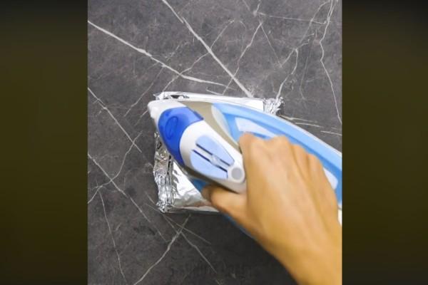 Τυλίγει ένα τοστ σε αλουμινόχαρτο και το πιέζει με το σίδερο - Μόλις δείτε το αποτέλεσμα θα τρέξετε να το κάνετε!