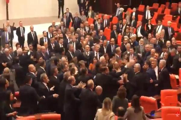 Απίστευτο! Άγριο ξύλο στην τουρκική Βουλή λόγω Ερντογάν! (video)