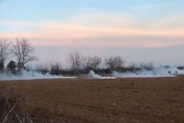 Χαμός! Τούρκοι ρίχνουν χημικά στους Έλληνες αστυνομικούς στον Έβρο - Έκτακτη σύνοδος των ΥΠΕΞ της ΕΕ για τα σύνορα (video)
