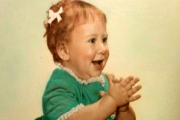 Υιοθετημένη γυναίκα βρήκε μια φωτογραφία από όταν ήταν μικρή - Αυτό που ανακάλυψε θα σας παγώσει