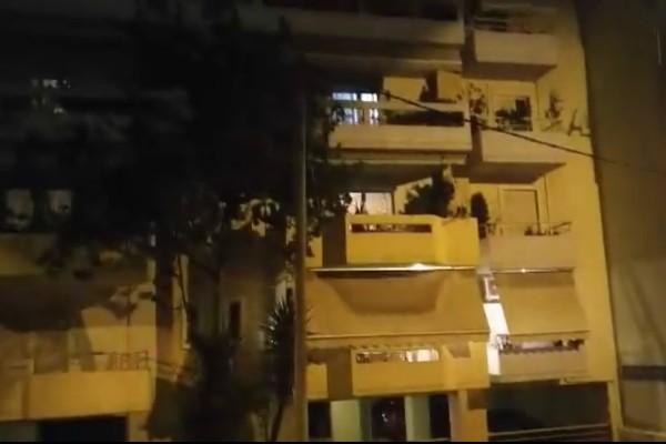 Συγκίνηση: Έλληνες πολίτες βγαίνουν στα μπαλκόνια τους και χειροκροτούν! (video)