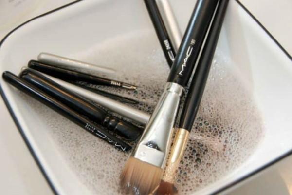 Ανακάτεψε σε ένα μπολ καυτό νερό με μαγειρική σόδα με βούτηξε μέσα τα πινέλα του μακιγιάζ της - Το αποτέλεσμα θα σας ενθουσιάσει