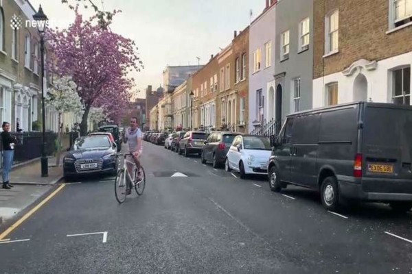 Αυτός ο ποδηλάτης οδηγεί στο κέντρο της πόλης και φωνάζει αριθμούς - Ο λόγος; Απίστευτος!