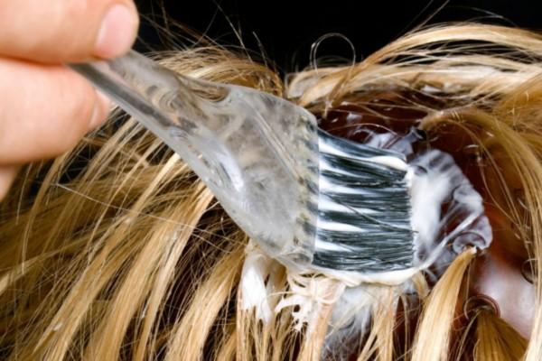 Πώς να βάψετε τα μαλλιά σας μόνες σας σε 5 απλά βήματα!