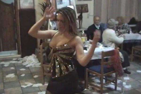 28χρονη κοπέλα χόρεψε τσιφτετέλι σε ταβέρνα και τρέλανε το διαδίκτυο