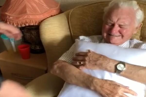 Ραγίζει καρδιές: Η αντίδραση ενός 94χρονου παππού όταν του έδωσαν μαξιλάρι με την φωτογραφία της νεκρής συζύγου του!