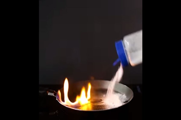 Έριξε μαγειρική σόδα στο τηγάνι που είχε πάρει φωτιά - Η συνέχεια θα σας εκπλήξει!