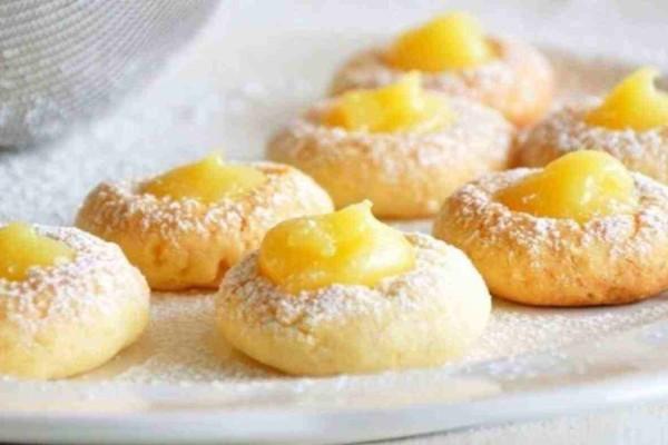 Αφράτα και νόστιμα μπισκότα με κρέμα λεμονιού με λίγα υλικά