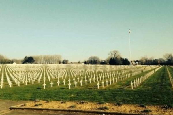 Θα ανατριχιάσετε όταν δείτε τι απαθανάτισε ένας 14χρονος σε νεκροταφείο πολέμου