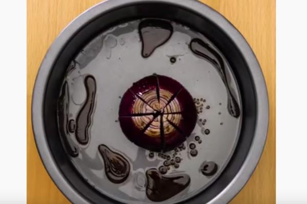 Χαράζει ένα κρεμμύδι ρίχνει λάδι και ξύδι και το βάζει στο φούρνο - Το αποτέλεσμα θα σας εκπλήξει!