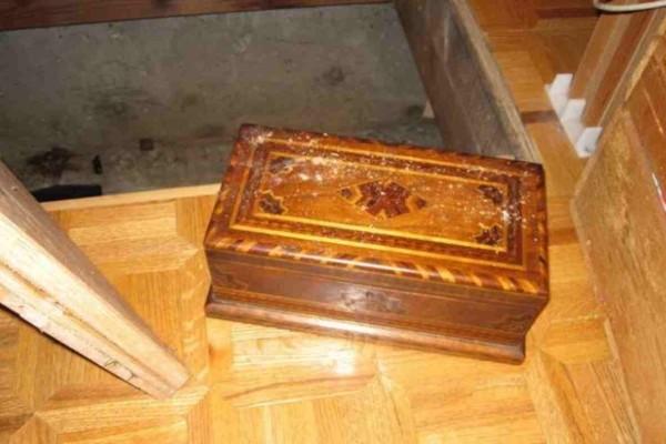 Δεν είχαν ιδέα ότι για χρόνια είχαν στο σπίτι τους αυτό το ξεχασμένο κουτί του παππού - Όταν το άνοιξαν κοκάλωσαν