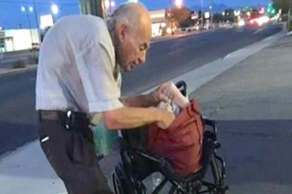 Αυτός ο άπορος παππούς καθόταν κάθε μέρα στο ίδιο σημείο - Τότε μια άγνωστη κοπέλα τον πλησιάζει και κάνει το αδιανόητο!