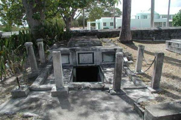 Συγγενείς άνοιξαν τον οικογενειακό τους τάφο - Μόλις είδαν το περιεχόμενο