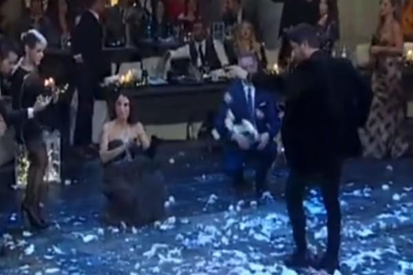 Πασίγνωστος Έλληνας ηθοποιός χορεύει ζεϊμπέκικο και η πίστα πλημμυρίζει γαρύφαλλα!