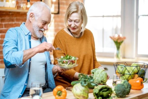 Κορωνοϊός: Με αυτές 4+1 διατροφικές συνήθειες οι ηλικιωμένοι μένουν δυνατοί απέναντι στον ιό