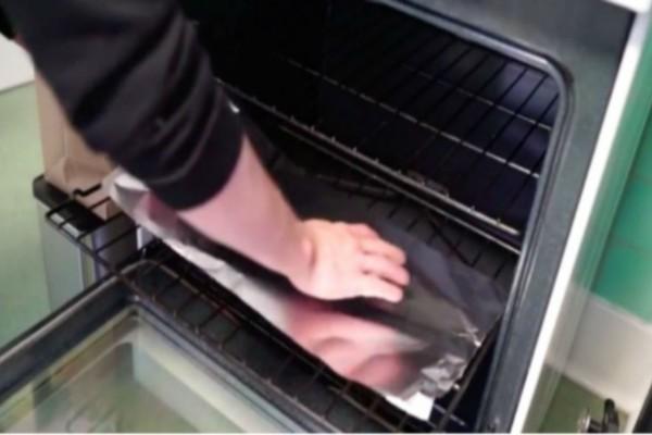 Κόβει ένα κομμάτι αλουμινόχαρτο και το βάζει στο κάτω μέρος του φούρνου - Σωτήρια λύση!