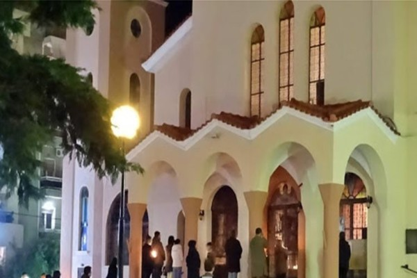 Απαγόρευση κυκλοφορίας: Πιστοί μαζεύτηκαν έξω από εκκλησία στην Χαλκίδα για την Ανάσταση