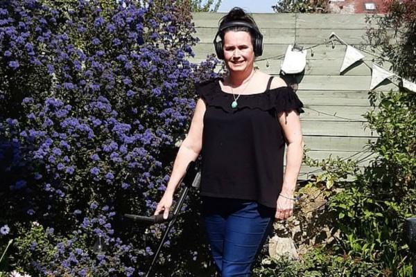 48χρονη βαριόταν και πήρε έναν ανιχνευτή μετάλλων - Αυτό που βρήκε... της άλλαξε τη ζωή (Video)