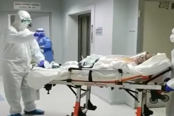 «Στο καλό...»: Γιατρός συγκλονίζει με το μήνυμα που στέλνει σε ασθενή με κορωνοϊό που βγαίνει από την εντατική στο Ασκληπιείο της Βούλας