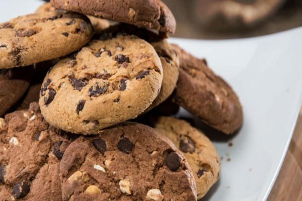 Αφράτα σοκολατένια μπισκότα με ξηρούς καρπούς και σταφίδες