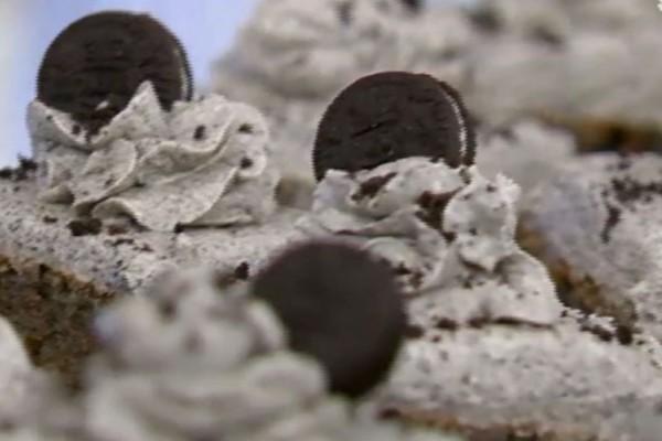 Μπισκοτένιo κέικ με βουτυρόκρεμα και μαγειρική σόδα (Video)
