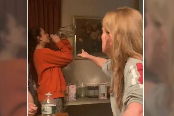 Παίρνει ένα μπουκάλι βότκα και το πίνει μπροστά στη μητέρα της - Η αντίδραση της είναι ξεκαρδιστική!