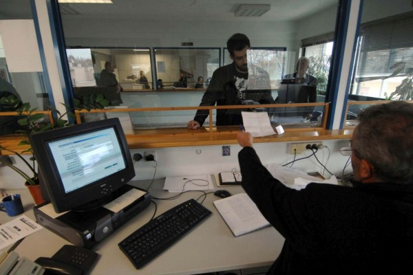 Άρση μέτρων: Πώς θα επιστρέψουν οι δημόσιοι υπάλληλοι στις υπηρεσίες τους; Τα νέα ωράρια