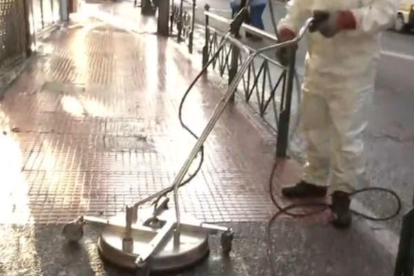 Από νωρίς απολυμαίνουν τα πεζοδρόμια της Αθήνας (video)