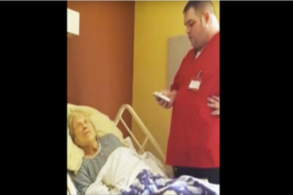 Ένας νοσοκόμος πλησίασε αυτή την γιαγιά λίγο πριν πεθάνει - Αυτό που κατέγραψε η κάμερα θα σας ανατριχιάσει