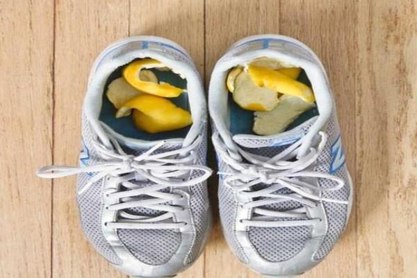Βάζει φλούδες λεμονιού μέσα στα παπούτσια του και τις αφήνει το βράδυ - Έμεινε άφωνος όταν ξύπνησε