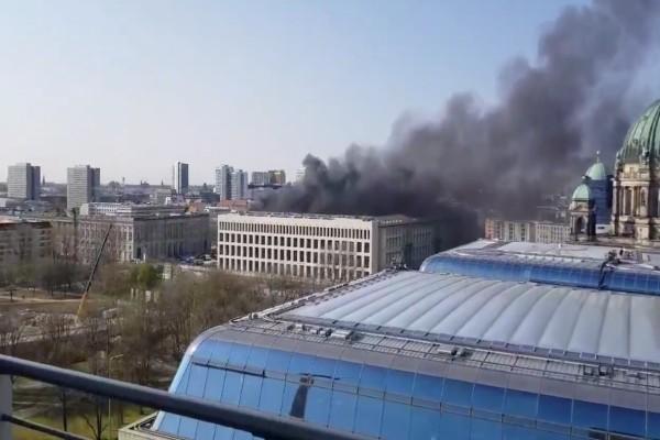 Χαμός στη Γερμανία: Πυρκαγιά στο Ανάκτορο του Βερολίνου!