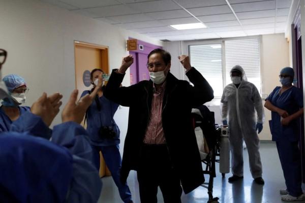 Υπέροχο: 61χρονος νίκησε τον κορωνοϊό και αποθεώθηκε από το υγειονομικό προσωπικό